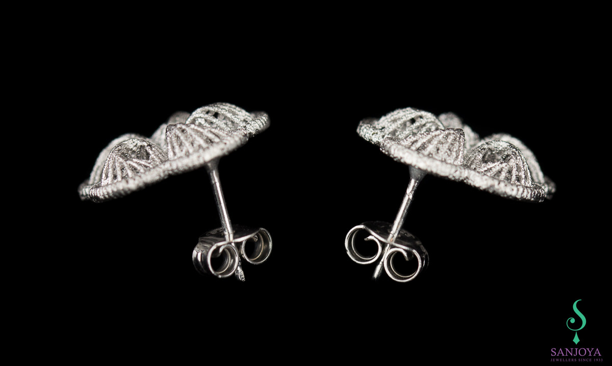 Bewerkte lichtgrijze oorbelletjes van sterling zilver