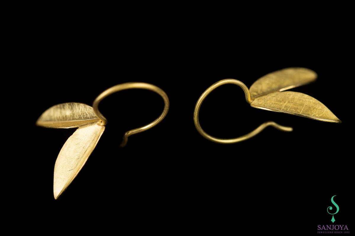 Kleine vergulde bladvormige oorbellen 'iets groter'