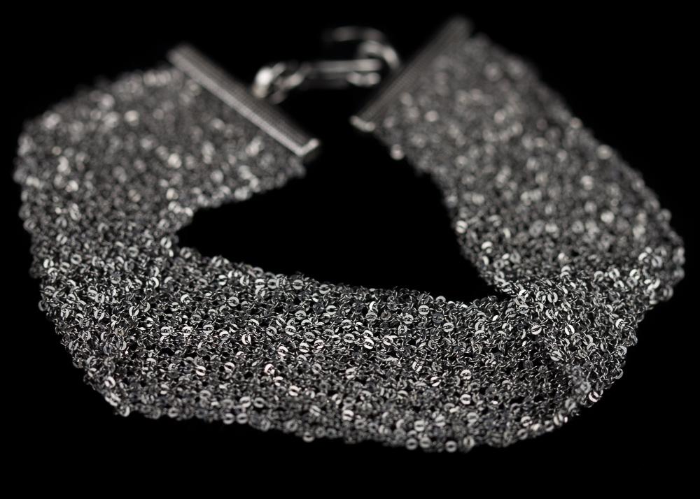 Donkergrijze armband van meerdere kettinkjes/brede versie