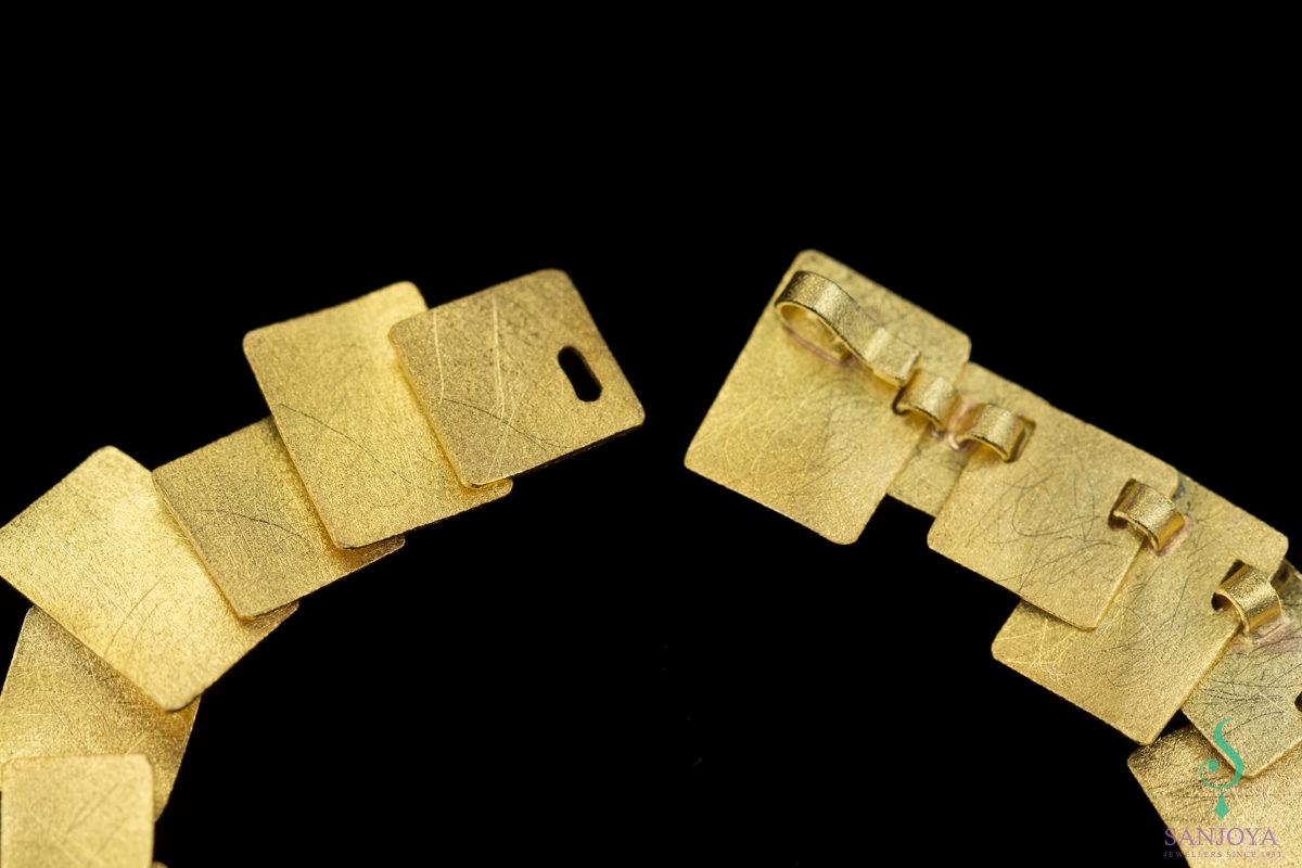 Vergulde armband met vierkantvormige schakeltjes