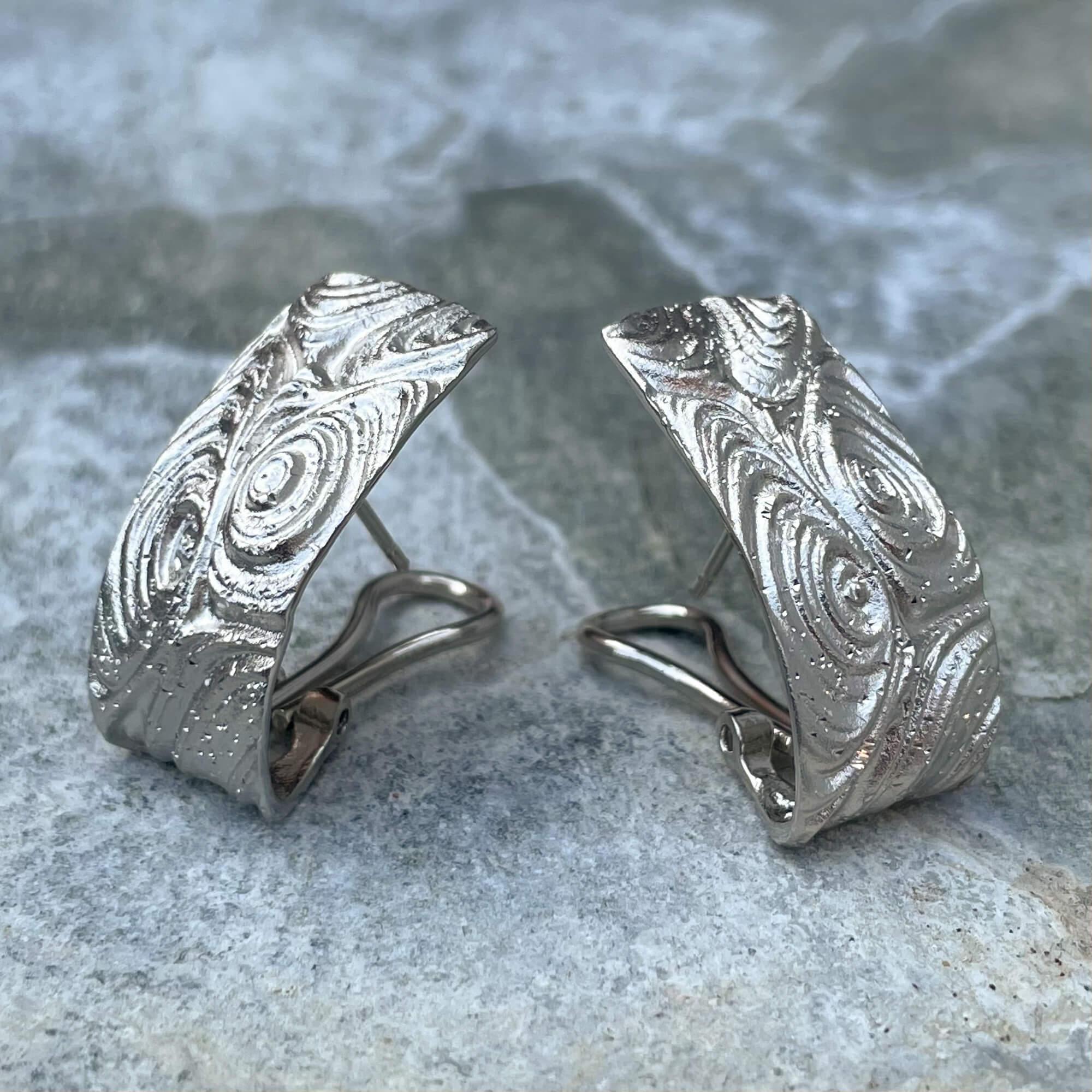 Bewerkte en zilveren langwerpige oorbellen