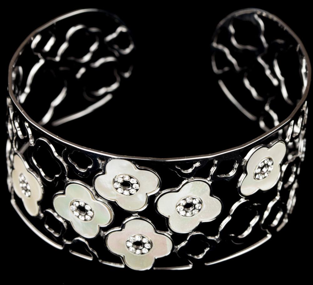 Zilveren slavenarmband met bloemetjes van parelmoer