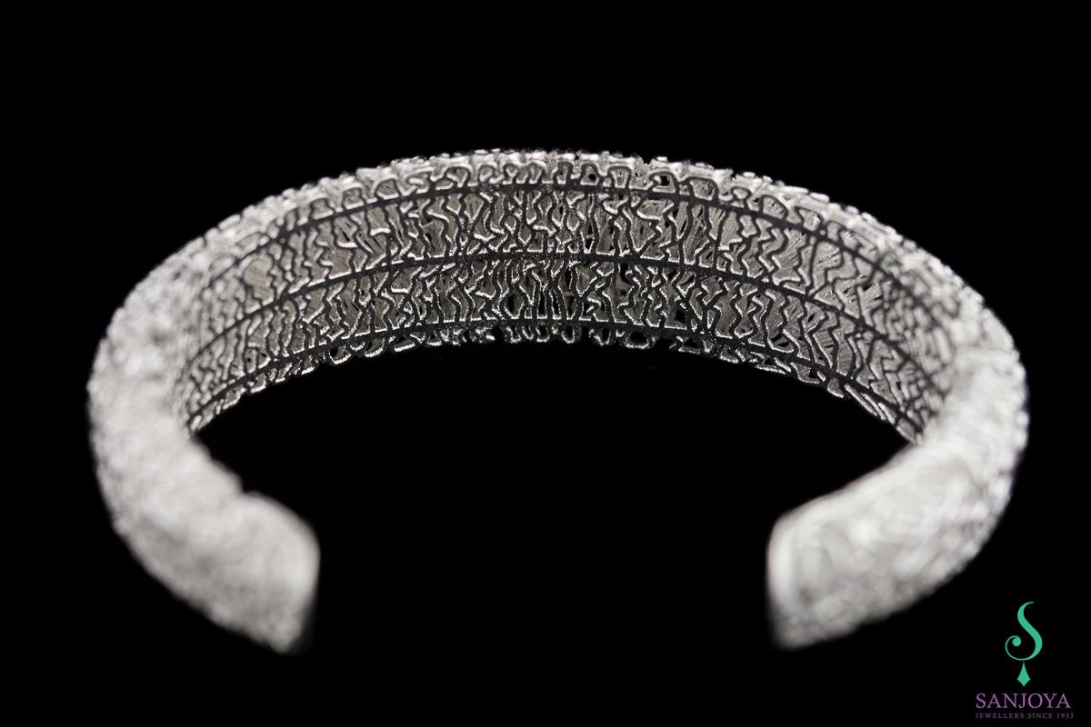 Smalle armband van wit zilver en kantbewerkt