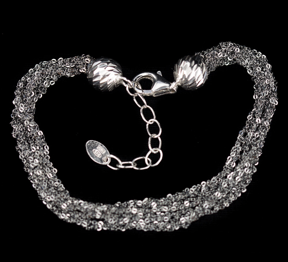 Vier verweven en zilveren armbanden van donkergrijs