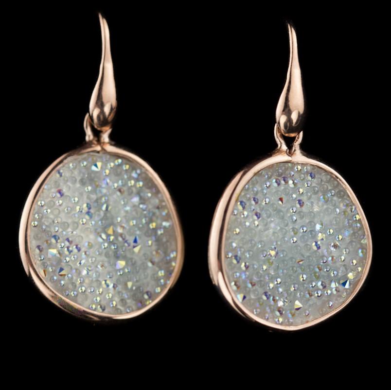 Kort afhangende oorbellen van zilver en wit kristal