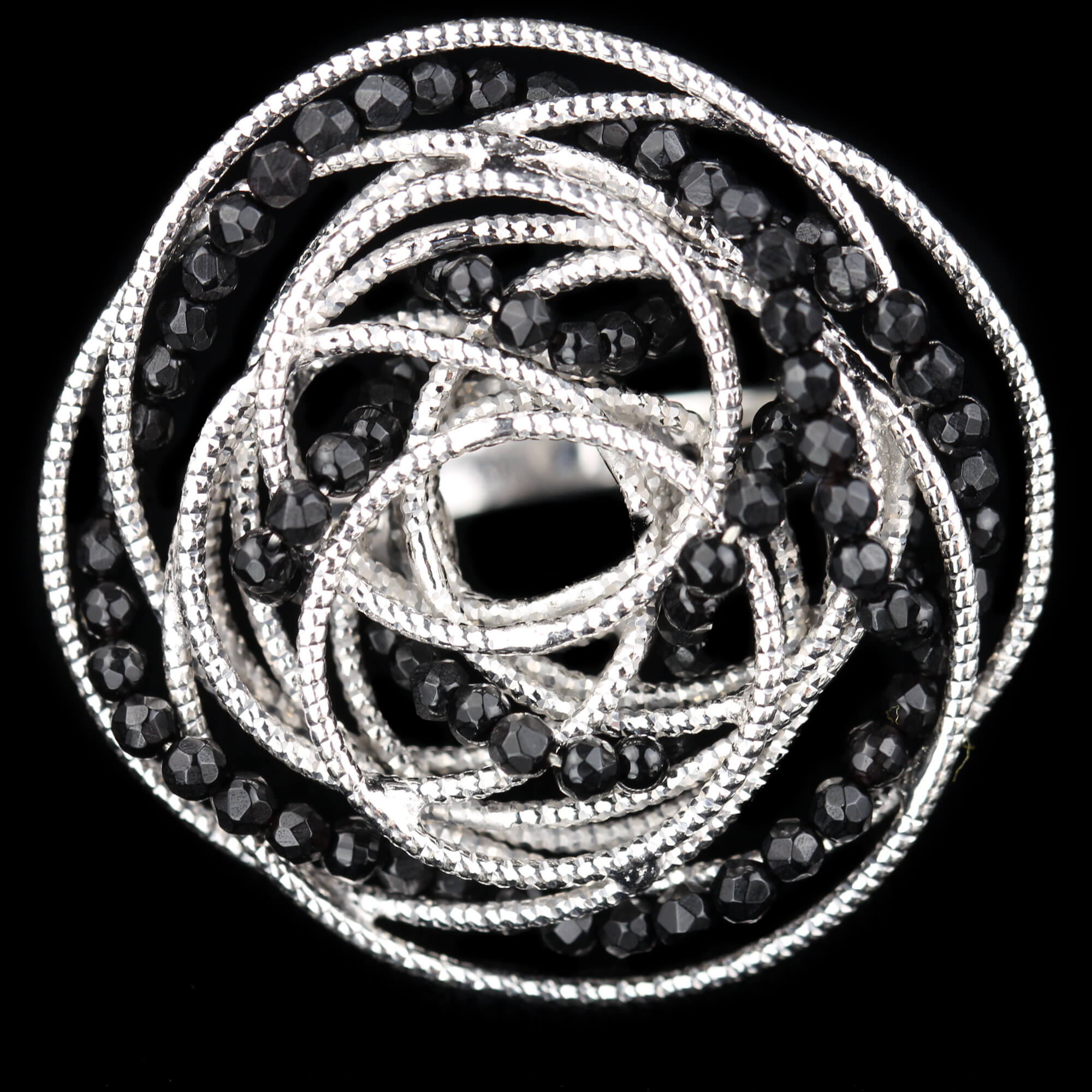 Zilveren bloemvormige ring met onyx
