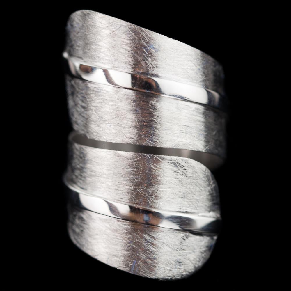 Mat en blinkende krulring van zilver