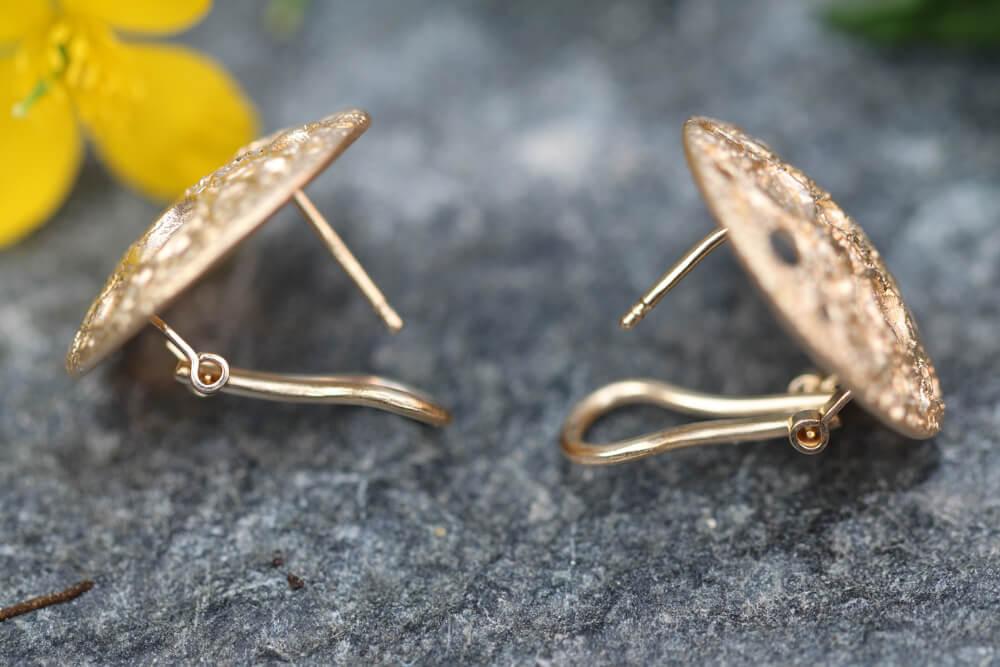 Verfijnde vergulde oorbellen met bewerkte schitteringen