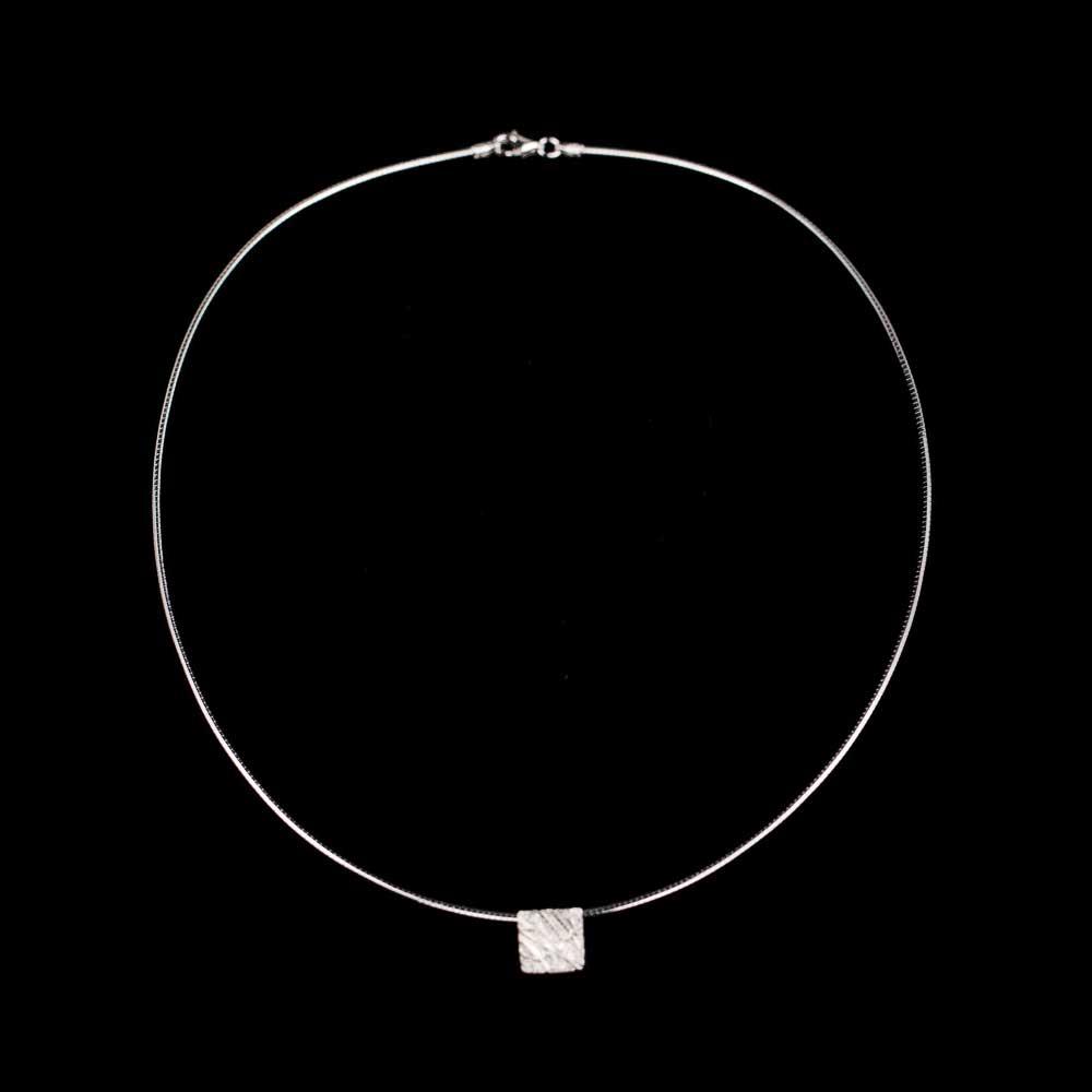 Zilver, vierkant en gediamanteerd hangertje
