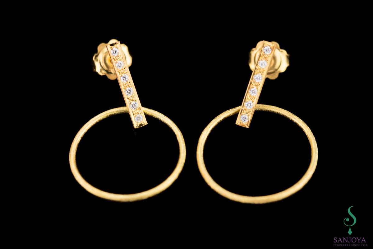 Vergulde en cirkelvormige oorbellen en staafje met zirkonia