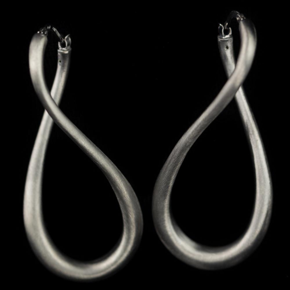 Donkergrijze en matte infinity creolen, zilver Sanjoya