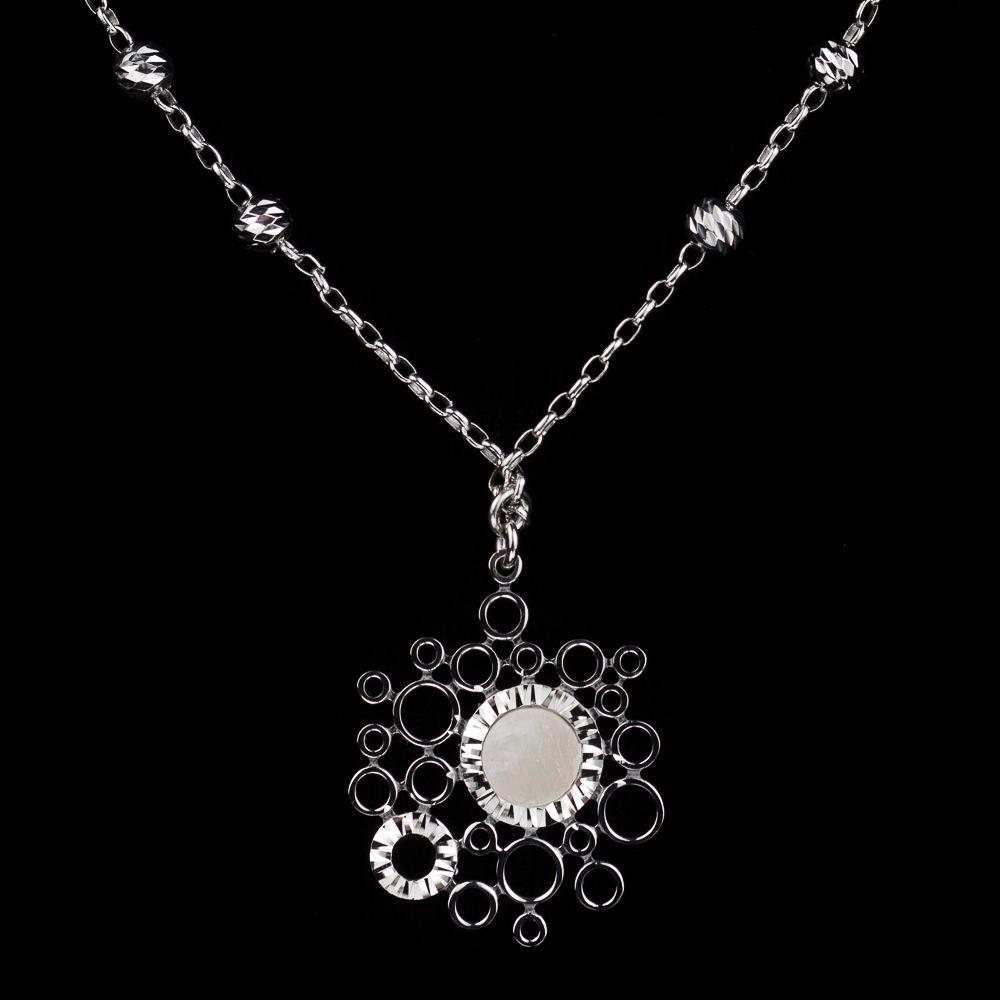 Zilveren ketting met een cirkeltje van parelmoer