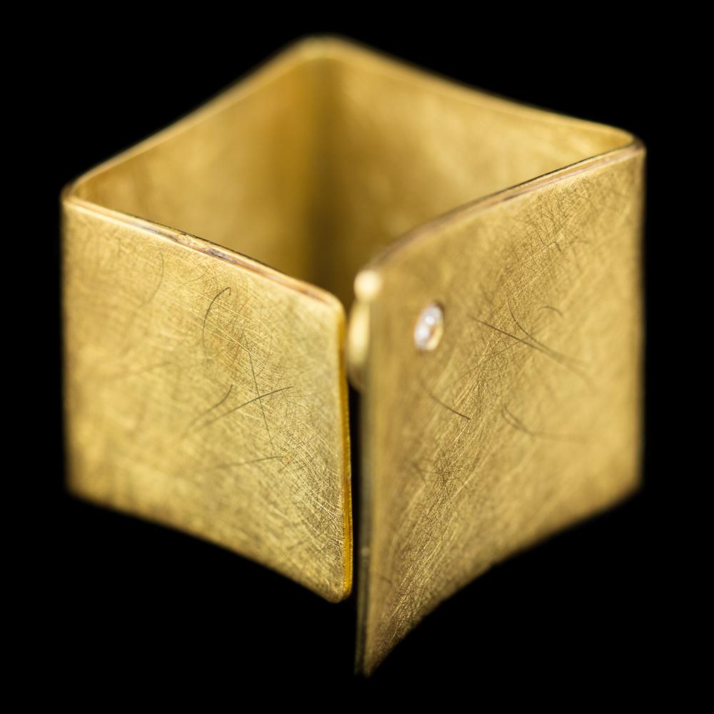 Mat vergulde vierkante ring met zirkonia steentje
