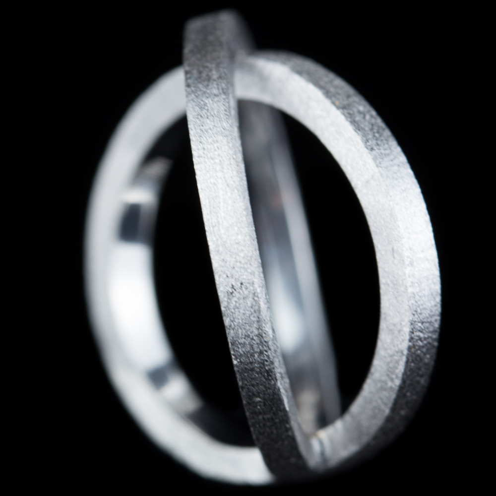 Gekruiste zilveren ring