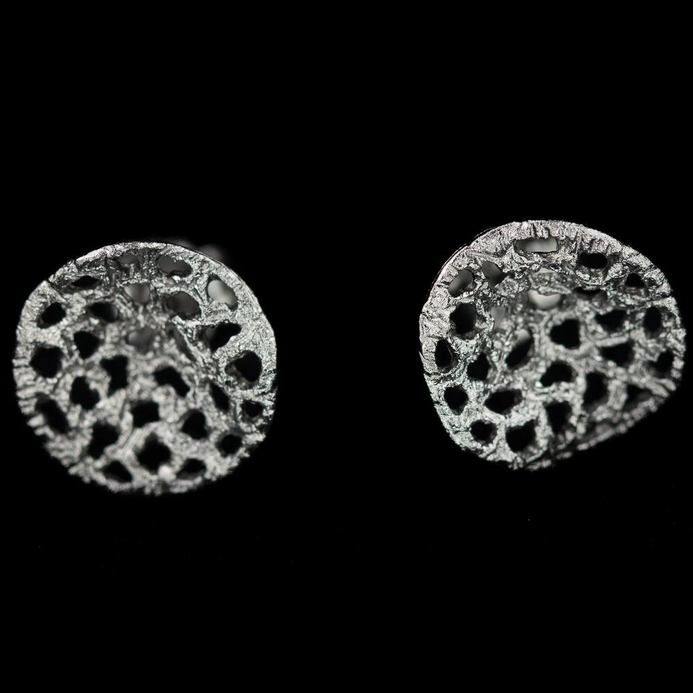 Bewerkte zilvergrijze oorbelletjes