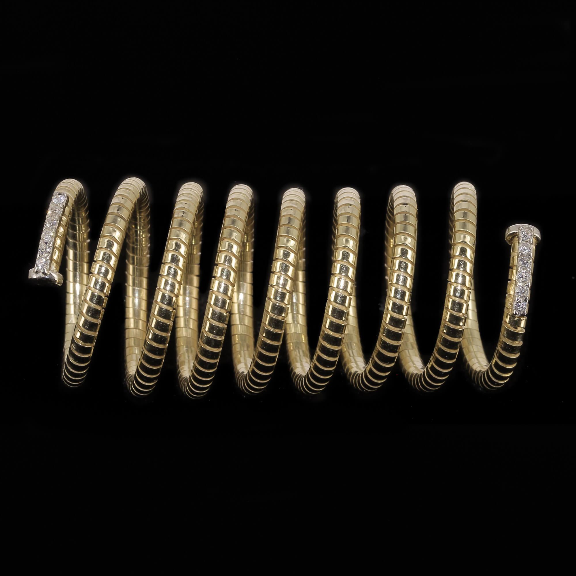 Vergulde en spiraalvormige ring met zirkonia