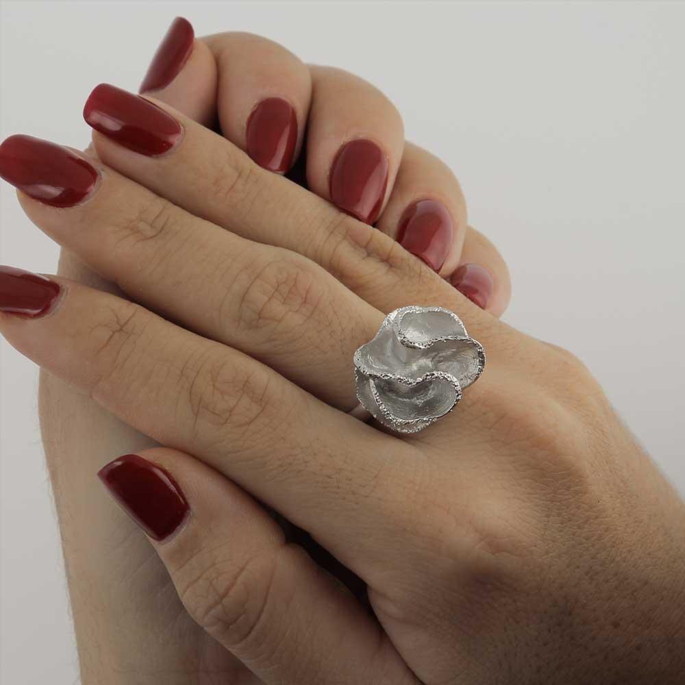 Zilveren kleine gediamanteerde bloemring