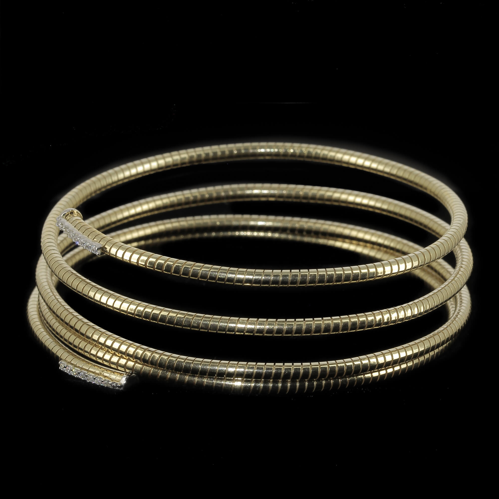 Vergulde spiraalvormige armband met zirkonia