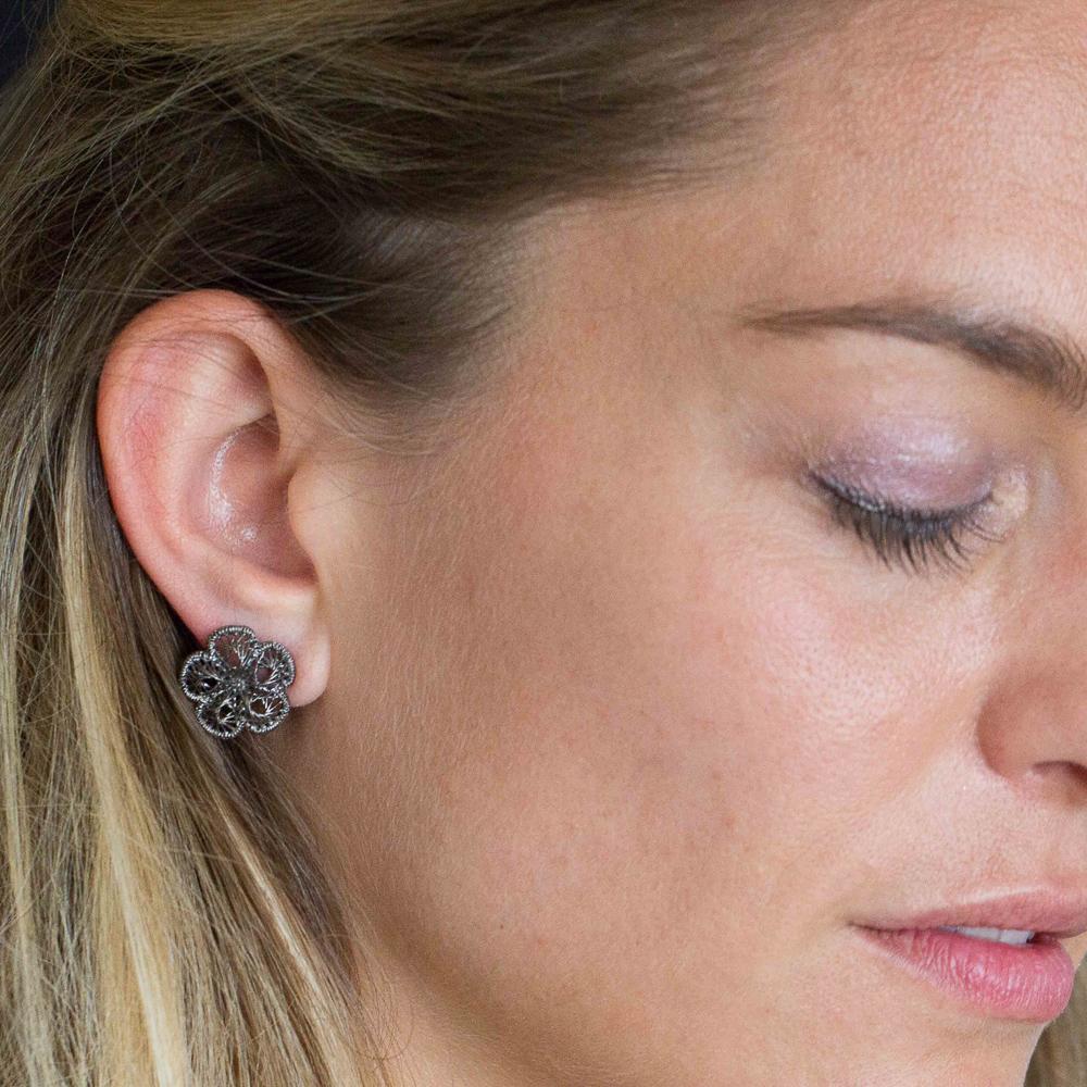Bewerkte donkergrijze oorbelletjes van sterling zilver