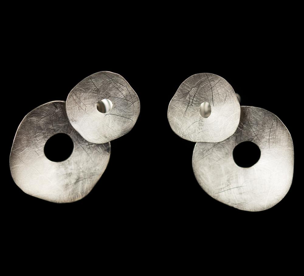 Zilver en gematteerde oorbellen van twee cirkeltjes