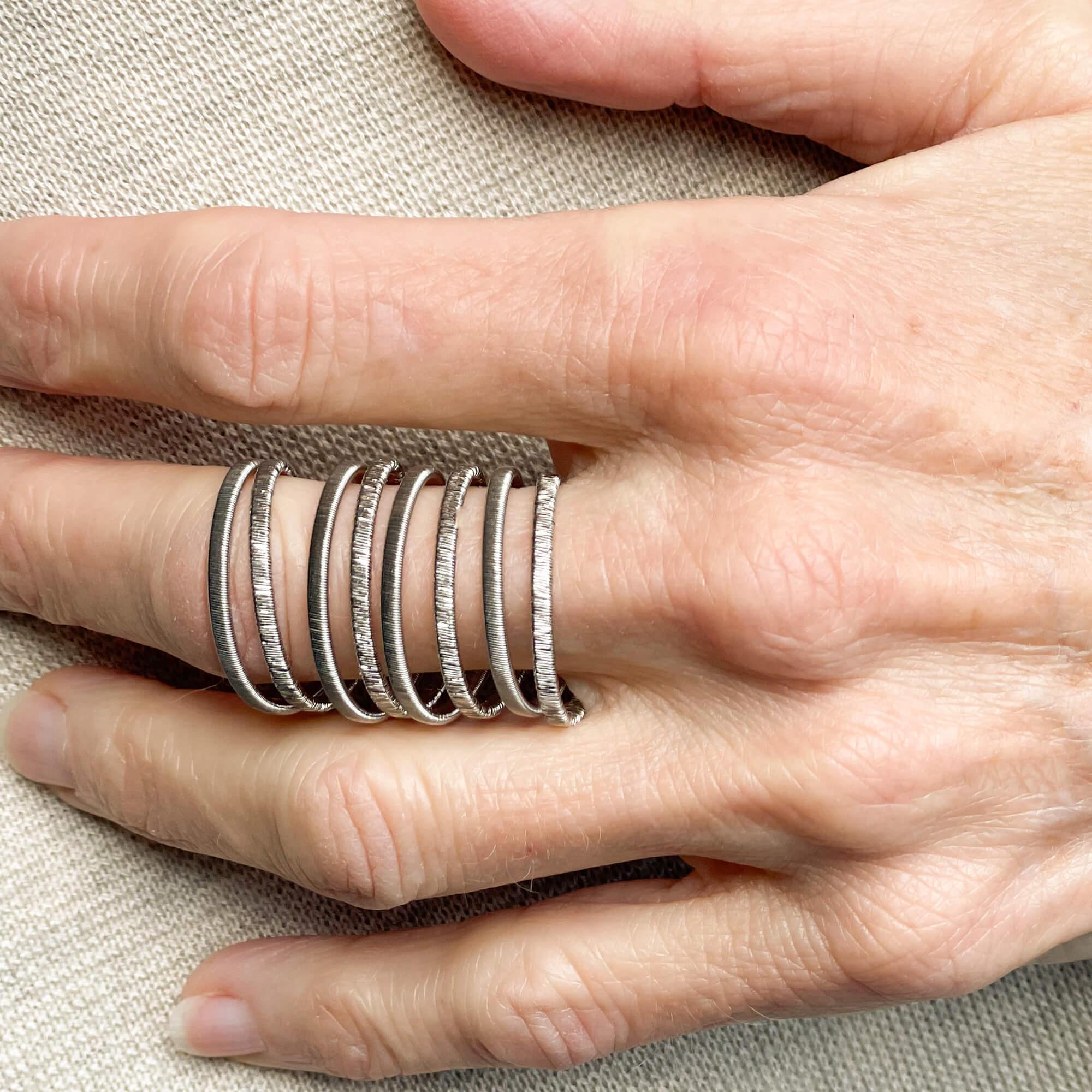 Als u op zoek bent naar een origineel sieraad voor de hedendaagse vrouw, dan is dit de geschikte zilveren en 8 gesleepte ring; De lengte is 3 cm. Ook verkrijgbaar in de vergulde en bijpassende oorbellen; ketting en armband voltooien de foto
