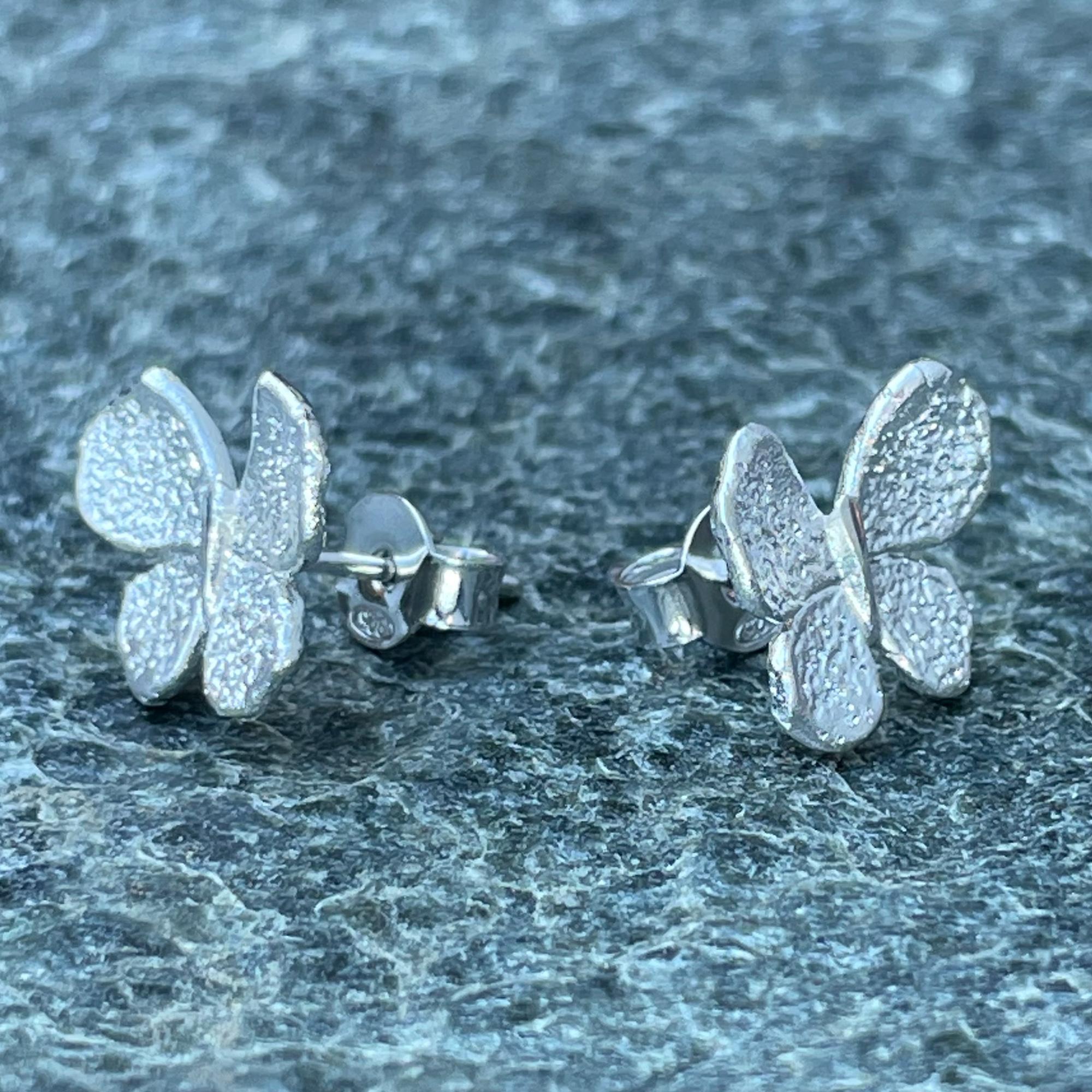 Zilveren mini vlinder oorbellen