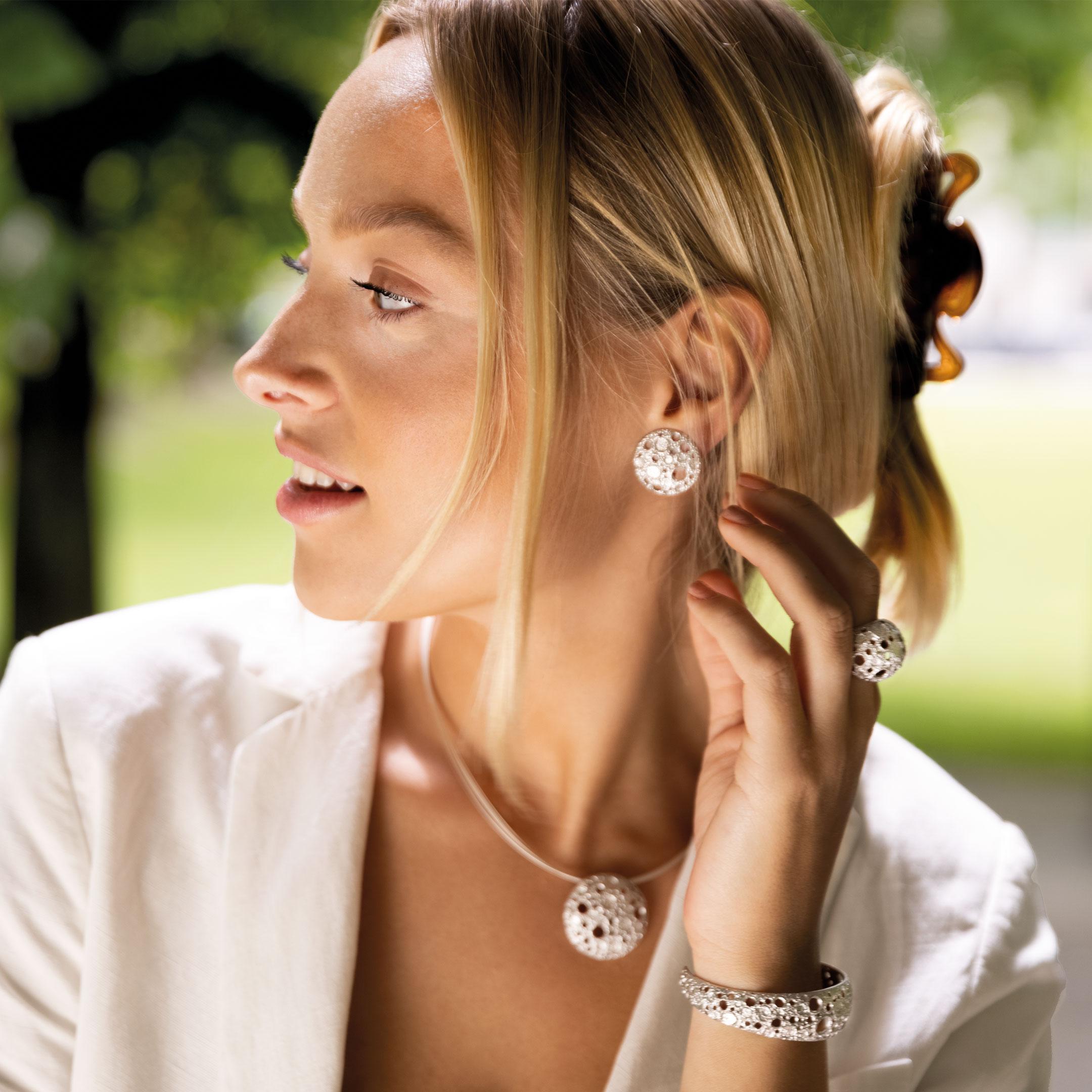 Verfijnde zilveren oorbellen met bewerkte schitteringen