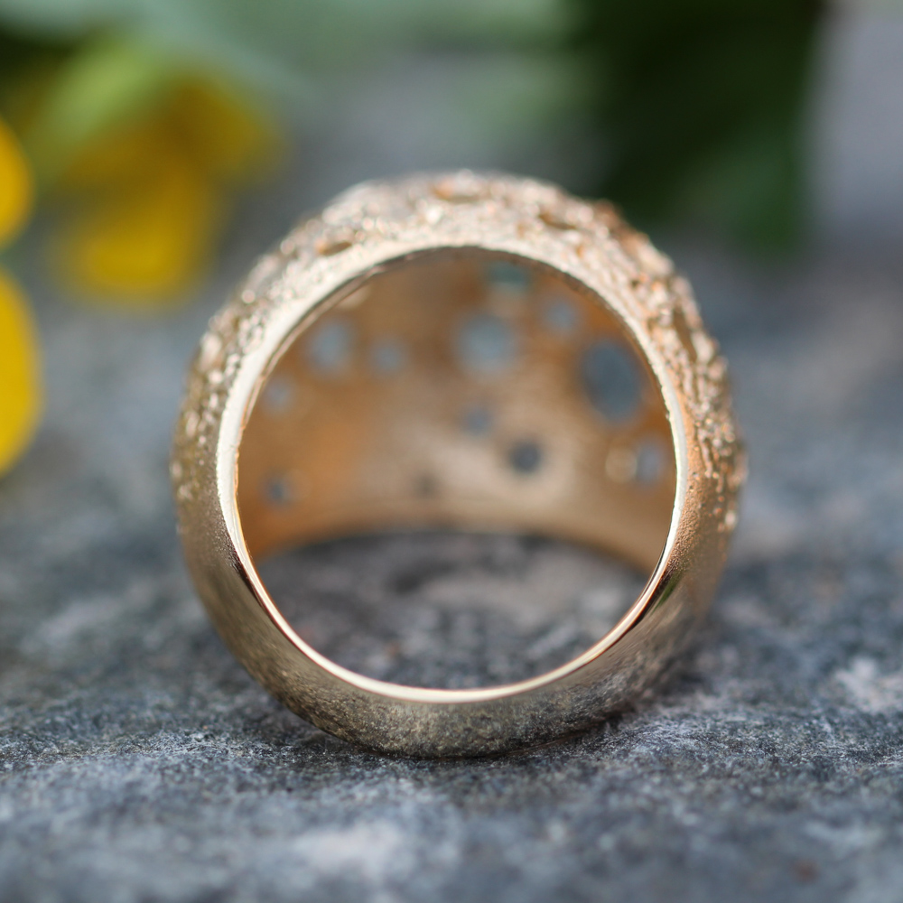 Bewerkte en vergulde bolvormige ring