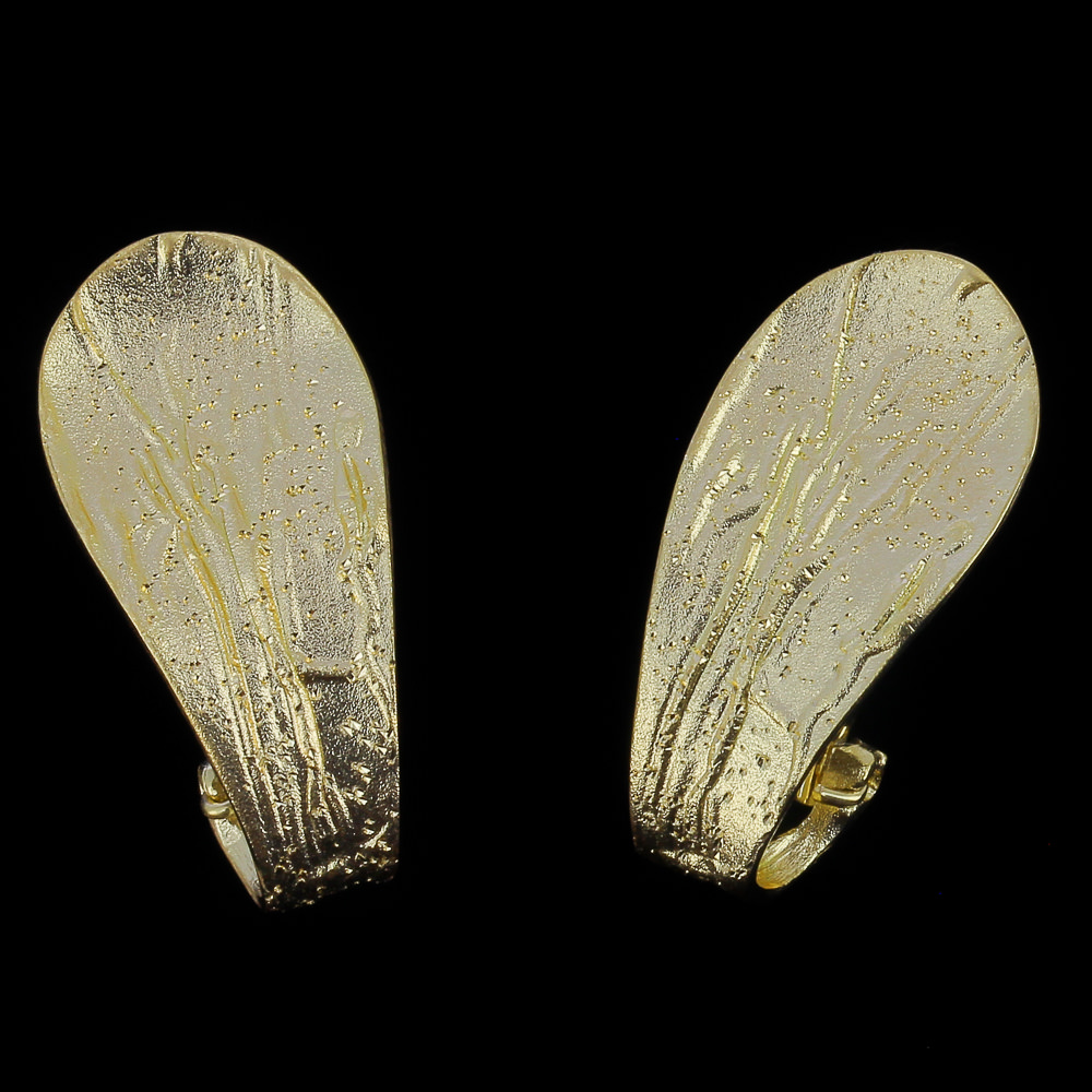 Vergulde en gediamanteerde oorbellen