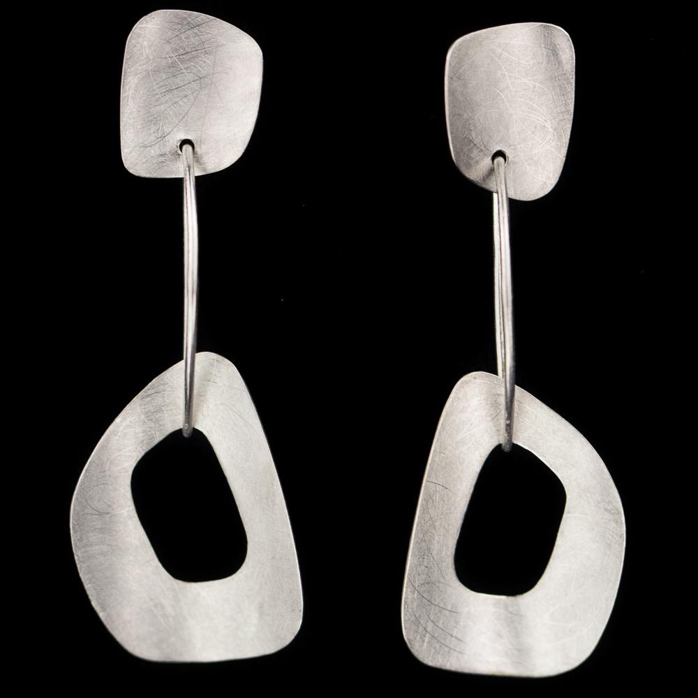Zilveren en gematteerde open schakel oorbellen