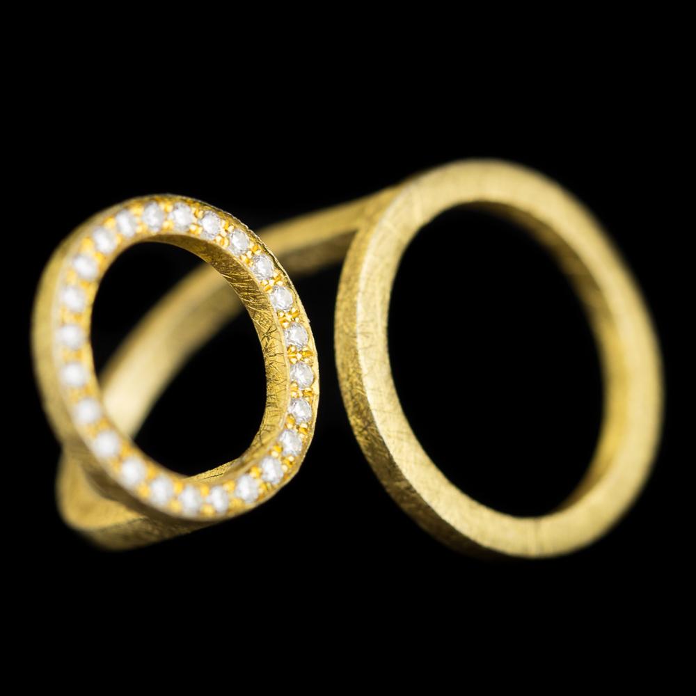 Grote vergulde ring met een kleine en grote cirkel