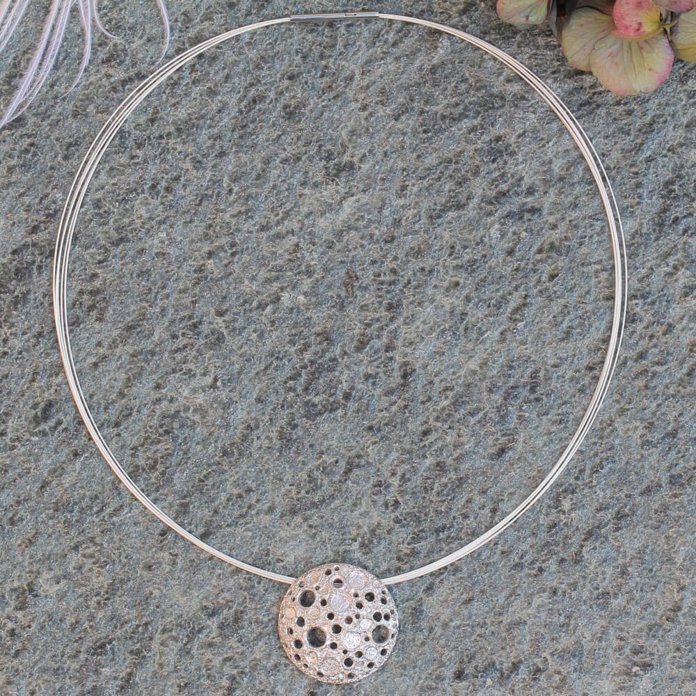 Zilveren hanger met onregelmatige schitterende gaatjes