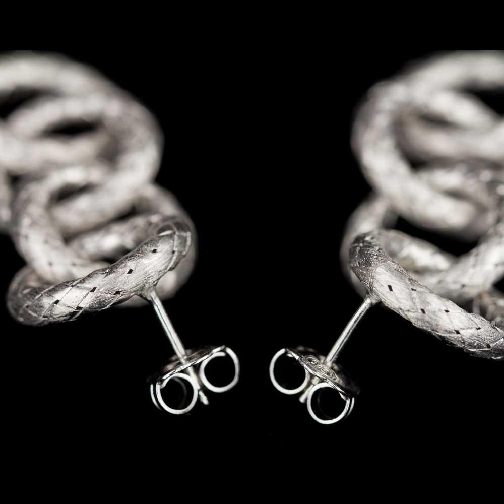 Zilveren oorbellen van open en ronde schakels