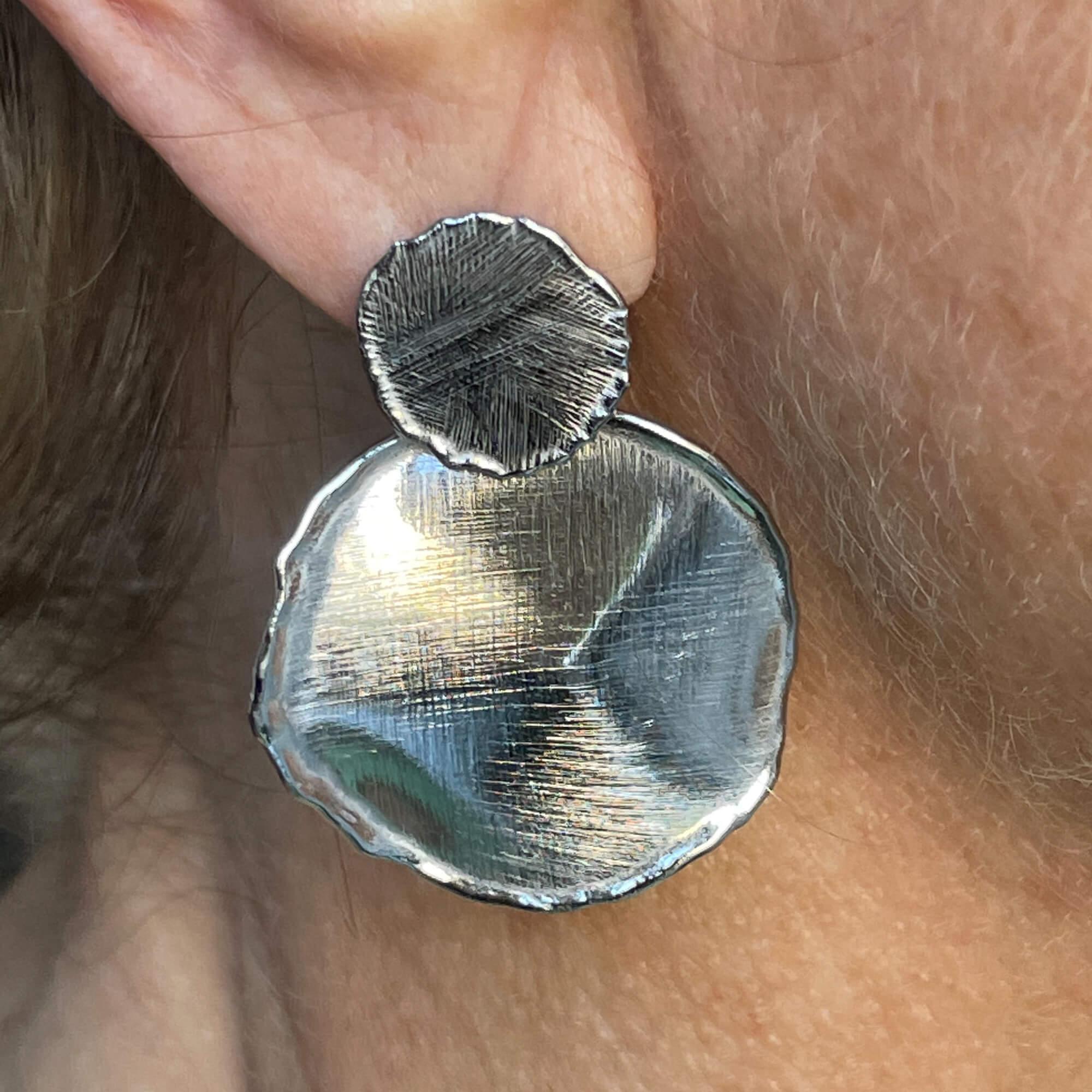 Zilveren, ronde en ongehamerde oorbellen