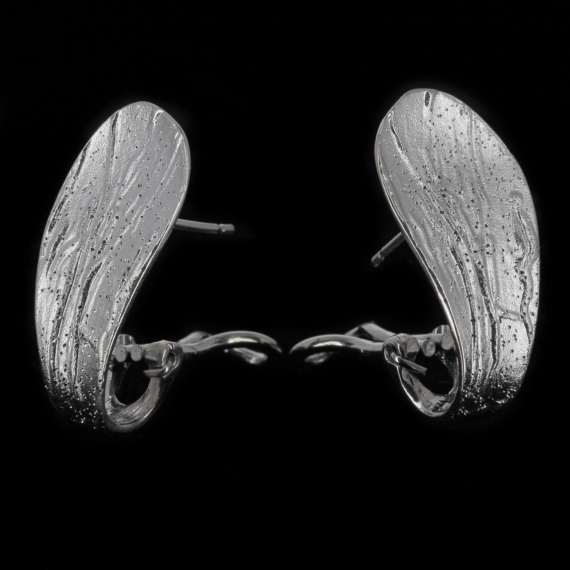 Zilveren en gediamanteerde oorbellen in druppelvorm