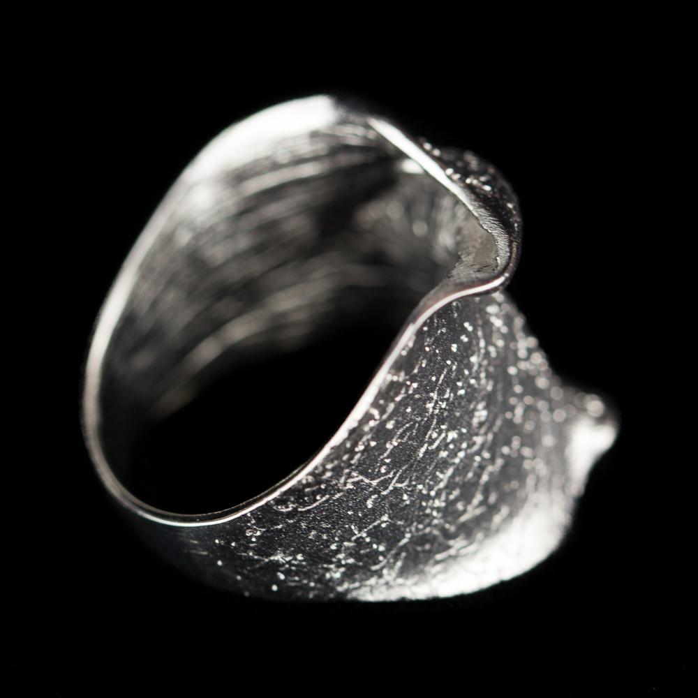 Zilveren ring, smal en gediamanteerd