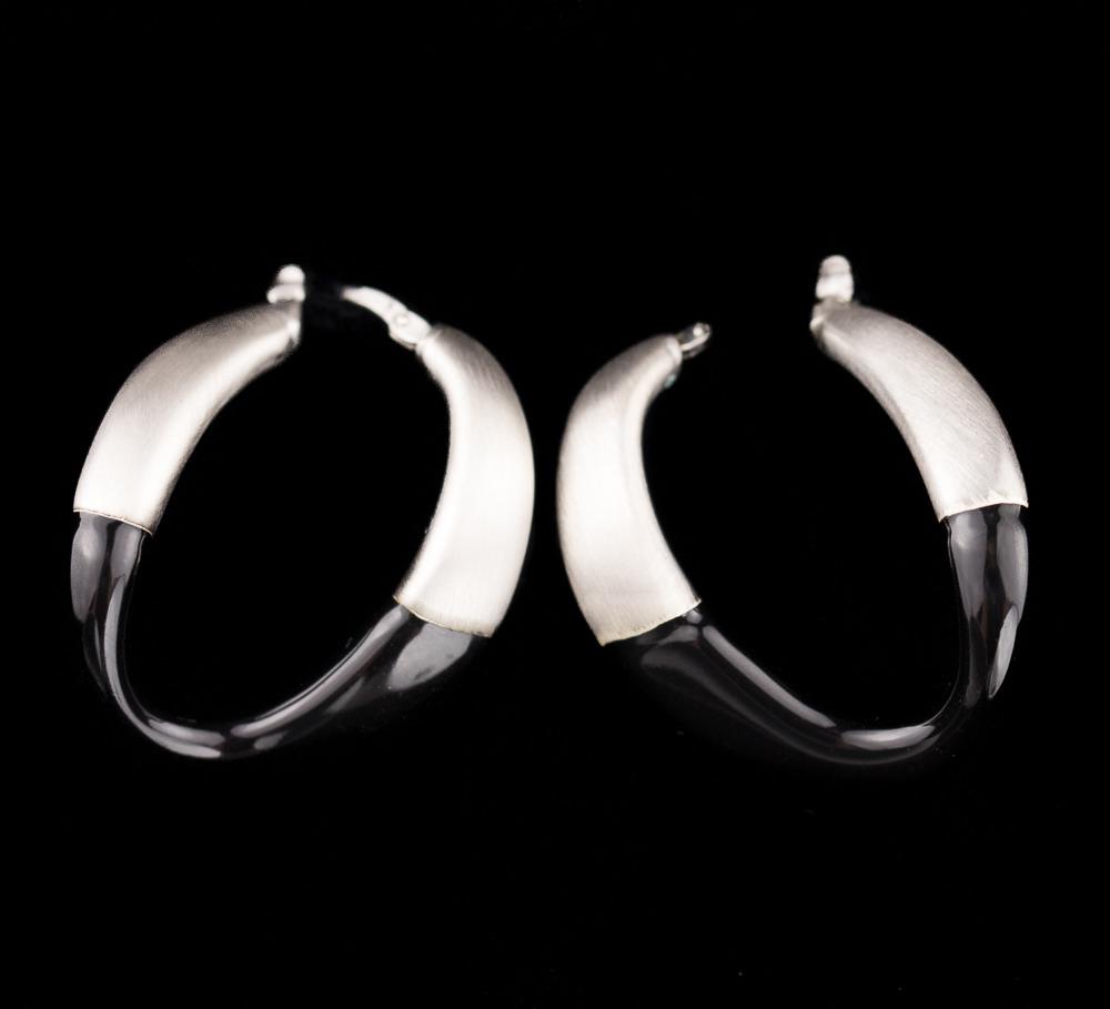 Matte zilveren creolen met zwart glazuur