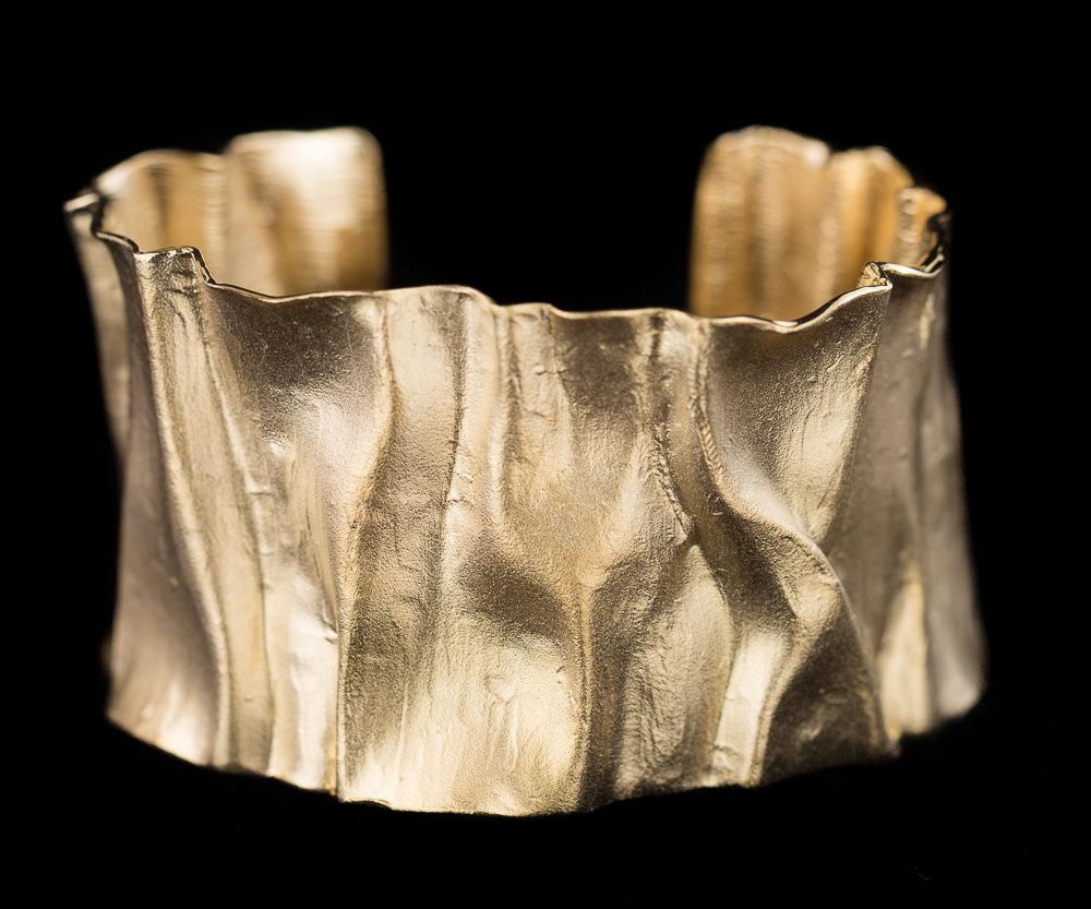Matte plooiende en brede slavenarmband van verguld zilver
