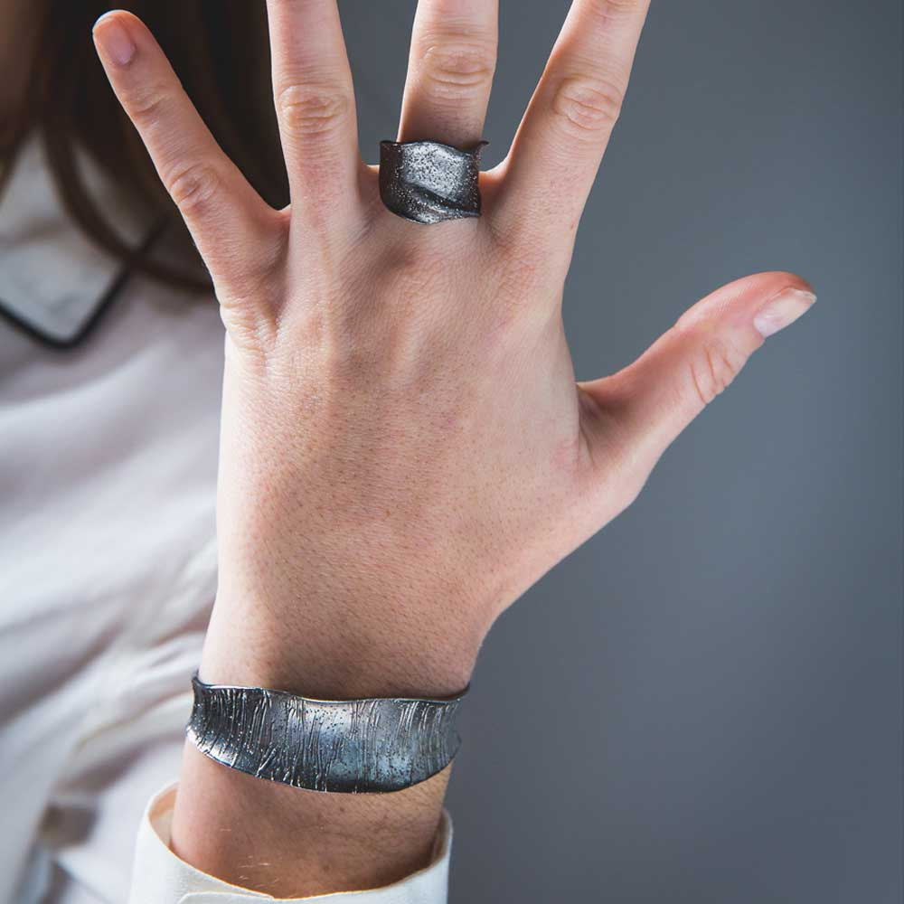 Zilvergrijze ring, smal en gediamanteerd