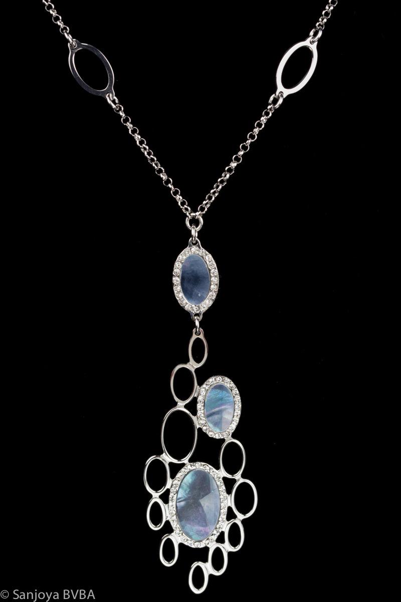 Zilveren ketting met een kleine blauwe parelmoeren hanger
