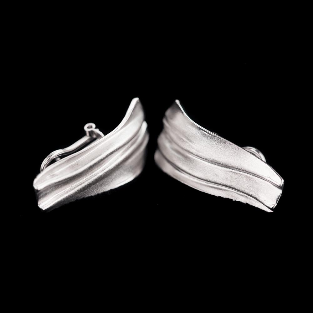 Matte en toelopende langwerpige zilveren oorbellen met clip