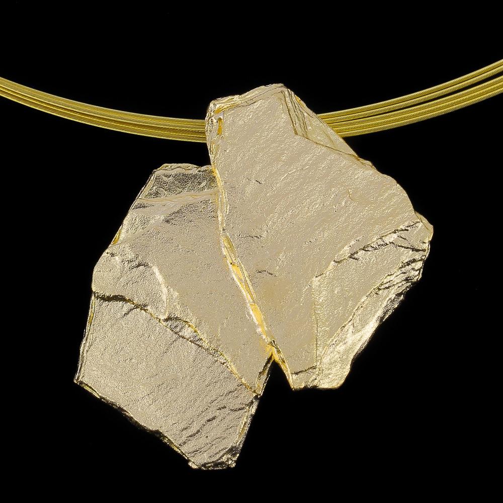Steenvormige hanger van verguld zilver 'met ketting'