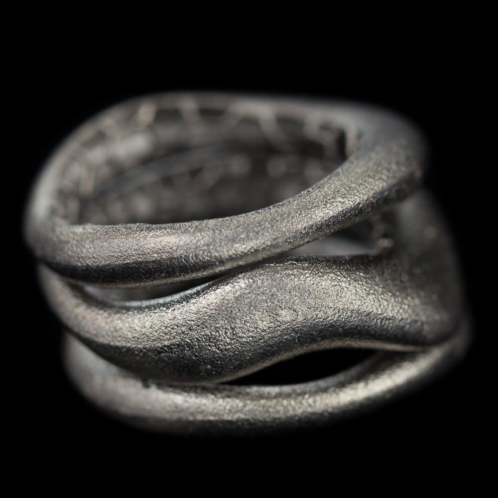 Brede drierijige zilvergrijze ring